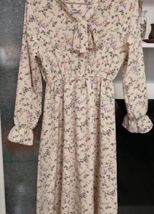 Персиковое платье миди принт цветочки