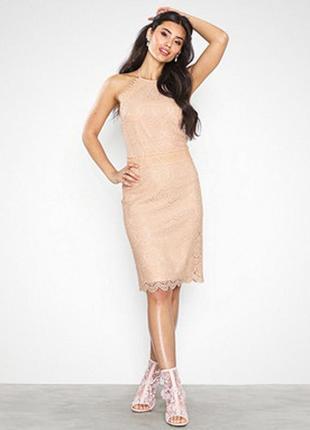 Платье персикового оттенка с кружевом