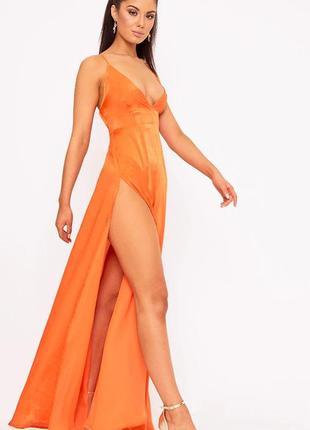 Роскошное вечернее платье макси с разрезами вырезом на тонких бретелях с декольте