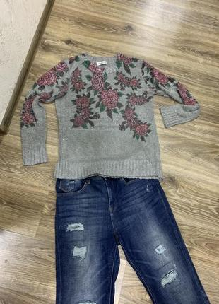 Нарядный свитер в цветы с паетками
