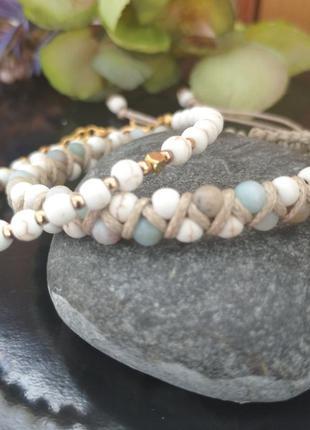 Плетеный браслет из бусин амазонита и говлита.