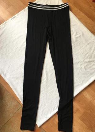 Новые леггинсы чёрные с чёрно-белой резинкой легкие1 фото