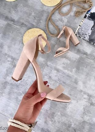 Шикарные бежевые босоножки на каблуке
