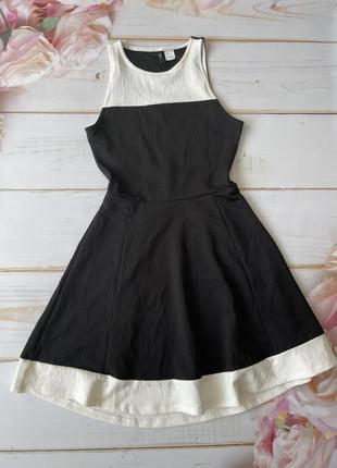 Черное платье с белыми полосками
