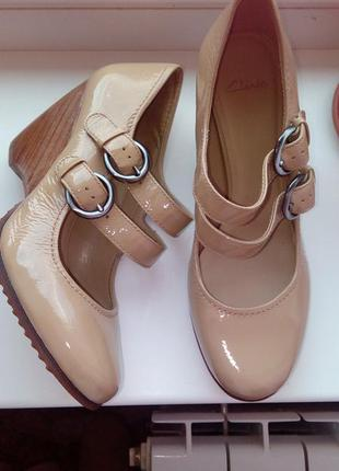 Фирменные туфли clarks 25,5см,лаковая кожа!