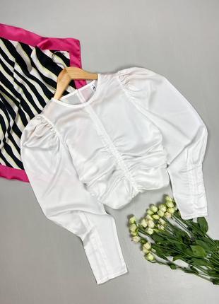 Сатиновая укороченная блуза с драпировкой