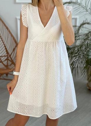 Белое платье из прошвы свободного кроя
