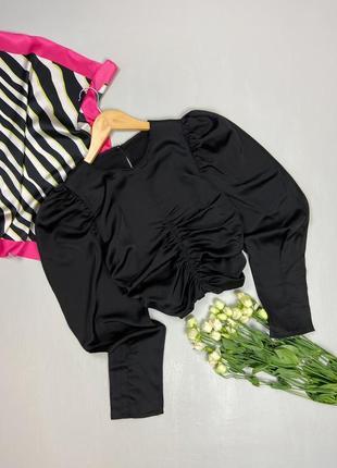 Сатиновая чёрная блуза с драпировкой