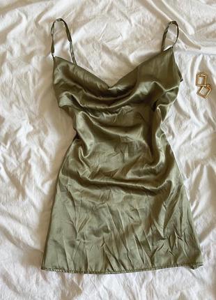 Шикарное фисташковое  платье с декольте в бельевом стиле