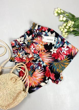 Летние шорты в тропический принт с поясом stradivarius