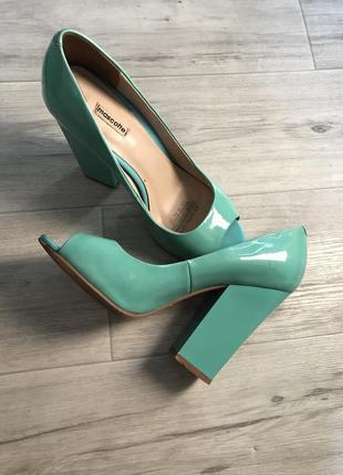 Туфли открытый носочек. квадратный каблук