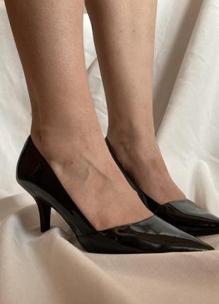 Чёрный лаковые туфли на небольшом каблуке