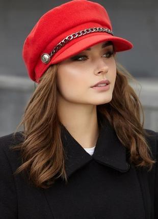 Стильная красная кашемировая кепи с цепью