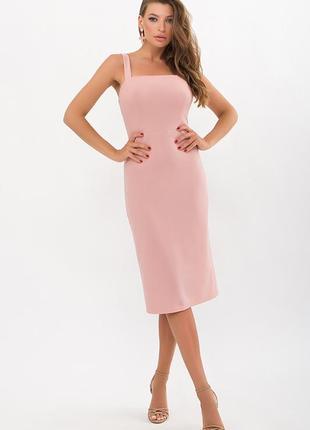 Приталенное персиковое платье футляр