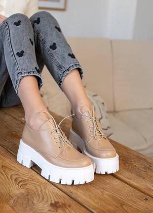 Кожаные женские туфли бежевые на белой платформе
