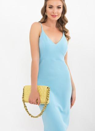 Голубое приталенное платье на брительках миди