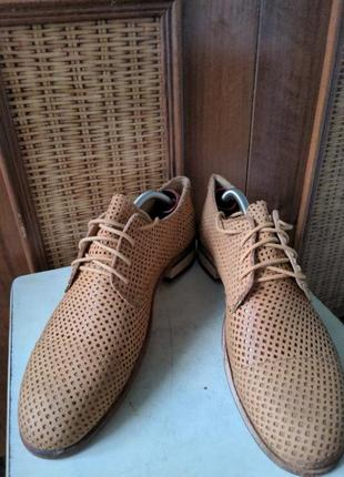 Летние туфли от именитого бренда.