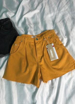 Яркие джинсовые шорты мом с защипами