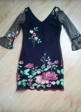 Красивое платье с вышивкой на сетке.