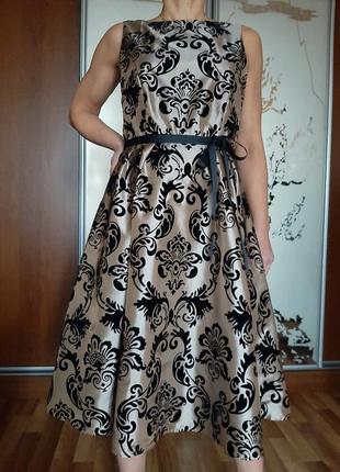 Красивейшее золотое платье с принтом из черных бархатных цветов