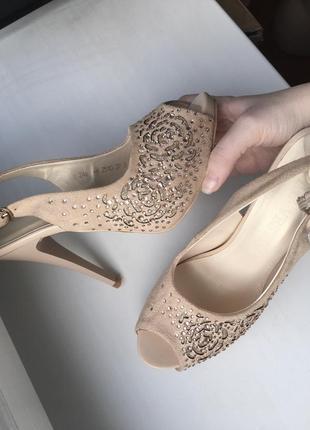 Туфли босоножки на каблуке шпильках с открытым носком бежевые замшевые в стразах со стразами камнями