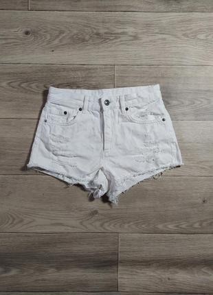 Белые джинсовые шорты с рваностями