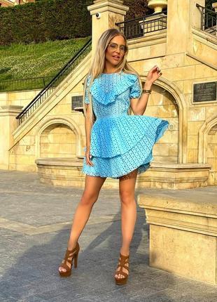 Шикарное короткое платье голубое белое бежевое