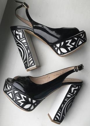 Кожаные туфли босоножки foletti лаковые из натуральной кожи на каблуках танкетке очень высокие с открытым носком вырезом на пальце с узором4 фото