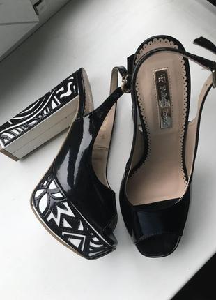 Кожаные туфли босоножки foletti лаковые из натуральной кожи на каблуках танкетке очень высокие с открытым носком вырезом на пальце с узором5 фото