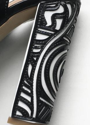 Кожаные туфли босоножки foletti лаковые из натуральной кожи на каблуках танкетке очень высокие с открытым носком вырезом на пальце с узором7 фото