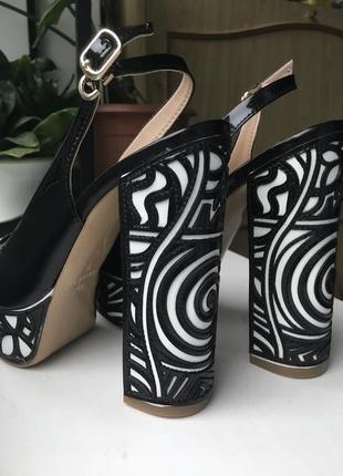Кожаные туфли босоножки foletti лаковые из натуральной кожи на каблуках танкетке очень высокие с открытым носком вырезом на пальце с узором8 фото
