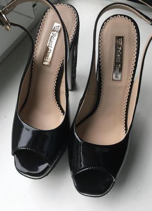 Кожаные туфли босоножки foletti лаковые из натуральной кожи на каблуках танкетке очень высокие с открытым носком вырезом на пальце с узором6 фото