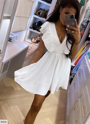 Белое платье с горошками
