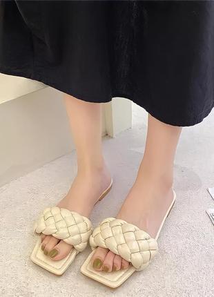 Женские бежевые шлепанцы с квадратным носком и плетением косичка/ жіночі шльопанці з квадратним носк3 фото