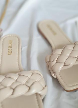 Женские бежевые шлепанцы с квадратным носком и плетением косичка/ жіночі шльопанці з квадратним носк5 фото