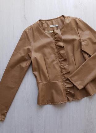 Стильная коричневая женская куртка жакет из экокожи с баской piazza italia италия