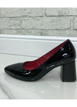 Женские туфли на устойчивом каблуке натуральный лак черные nel 1