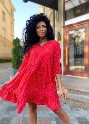 Яркое красное платье в горошек