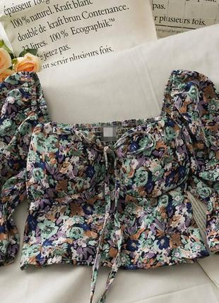 Крутые кроп-блузки в цветочек7 фото