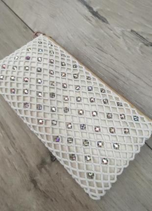 Нарядная сумочка клатч под вечернее платье белая брендовая косметичка украшена камнями