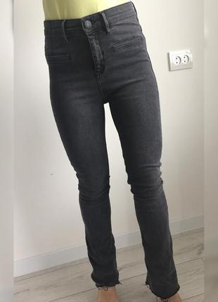 Джинси, трендовые джинсы, серые джинсы, расклешенные джинсы, стильные джинсы.