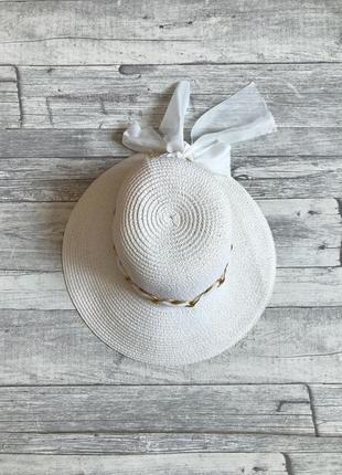 Элегантная белая шляпа с бантом