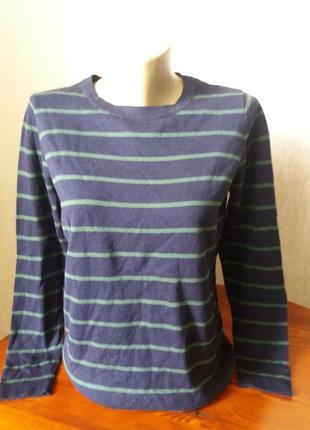 Тоненький свитер.