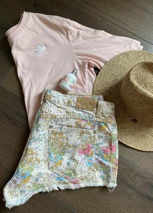 Джинсовые шорты с цветочным принтом.