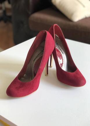 Красные бархатные туфли на каблуке
