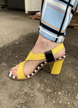 Босоножки желтые кожаные босоножки на каблуке туфли