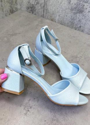 Шикарные голубые босоножки на низком устойчивом каблуке