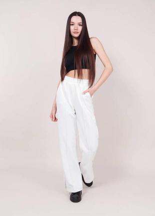 Женские повседневные штаны брюки с разрезами  со стрелками с карманами молочные белые светлые модные трендовые прямые однотонные