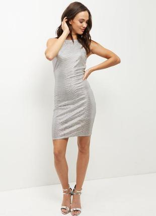 Нарядное вечернее серебристое платье по фигуре