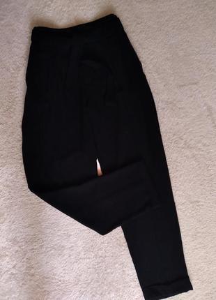 Лёгкие укороченные брюки на высокой посадке с защипами под пояс